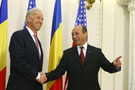 Траян Бэсеску приветствует вице-президента США Джозефа Байдена