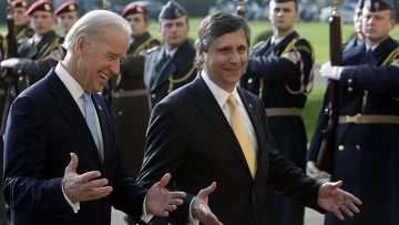 Премьер министр Чехии Ян Фишер приветствует вице-президента США Джозефа Байдена