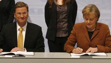Гидо Вестервелли и Ангела Меркель подписываю соглашение правительства
