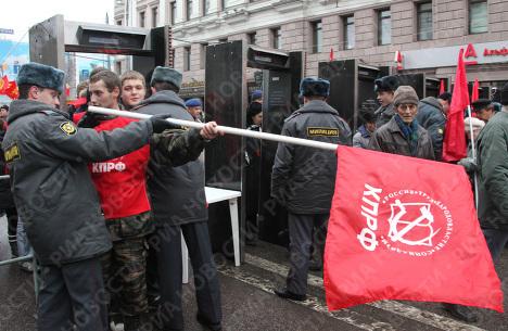 Участники демонстрации КПРФ проходят через металлодетекторы