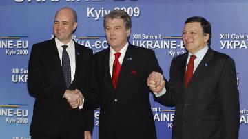 Президент Украины Виктор Ющенко приветствует премьер-министра Швеции Фредрика Рейнфельдта и президента Еврокомиссии Жозе Мануэля Баррозу в ходе саммита Украина-ЕС в Киеве