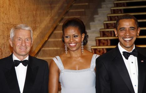 Президент США Барак Обама и его жена Мишель Обама фотографируются с председателем Норвежского нобелевского комитета Турбьерном Ягландом