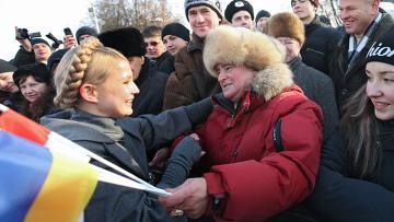 Премьер-министр Украины Юлия Тимошенко с горожанами на Михайловской площади в Киеве.