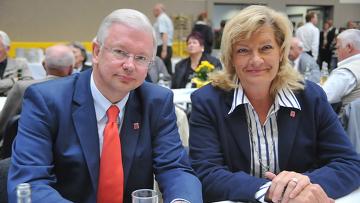 Премьер-министр Гессена Роланд Кох и уполномоченная по делам немецких переселенцев Маргарете Циглер-Рашдорф
