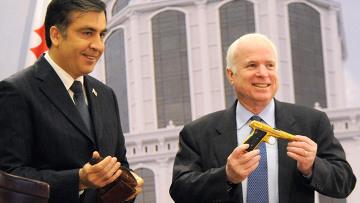 Президент Грузии Михаил Саакашвили наградил находящегося в настоящее время в Батуми американского сенатора Джона Маккейна золотым пистолетом