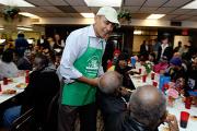 Барак Обама и его семья в столовой для бездомных