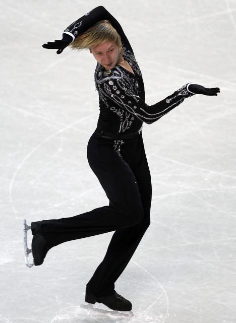 Фигурист Евгений Плющенко, занявший первое место на Чемпионате Европы по фигурному катанию, выступает с короткой программой.
