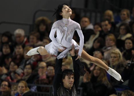 Российский дуэт Юко Кавагучи и Александр Смирнов во время исполнения короткой программы на чемпионате Европы по фигурному катанию, который стартовал в Таллине.