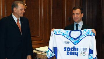 Президенту РФ вручили майку с новой олимпиской символикой