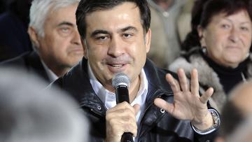 Президент Грузии Михаил Саакашвили провел встречу с жителями после того, как паника охватила Грузию в субботу, когда телеканал Имедиа сообщил, что русские танки вошли в столицу и президент Михаил Саакашвили был убит.