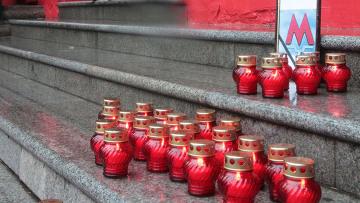 свечи, установленные в память жертвам взрывов в московском метро
