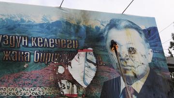 Оппозия киргизии поджигает плакат президента Бакиева