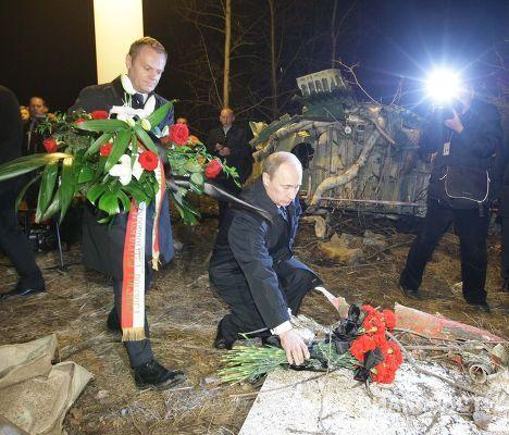 Премьер-министры РФ и Польши посетили место крушения Ту-154