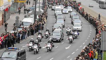 Кортеж доставил гроб с президентом польши Лехом Качинским из аэропорта варшавы
