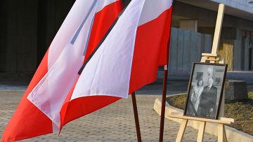 Цветы у посольства Польши в Москве
