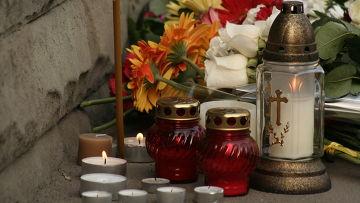 Цветы и свечи у посольства Польши в Москве