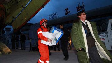Спасатели доставили гуманитарную помощь для пострадавших от землетрясения в Китае