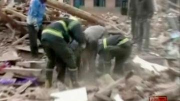 Китайские спасатели извлекают людей из-под обломков