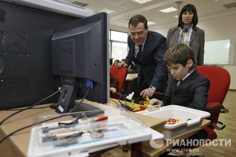 Д.Медведев посетил московскую школу