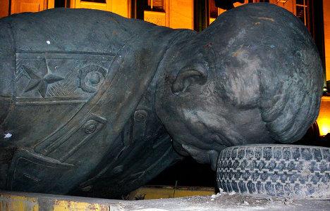 Памятник Иосифу Сталину был демонтирован на центральной площади в Гори