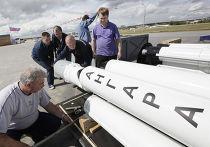 """Установка макетов ракеты-носителя """"Ангара"""" перед открытием МАКС-2009"""