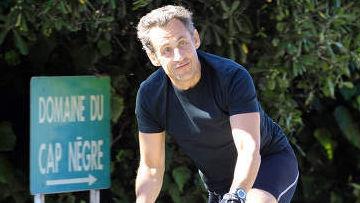 Николя Саркози во время велосипедной прогулки