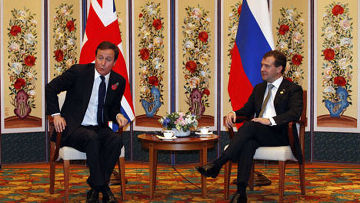 Дэвид Кэмерон принял приглашение российского президента Дмитрия Медведева и в следующем году станет первым британским премьер-министром, который посетит Россию с 2005 года