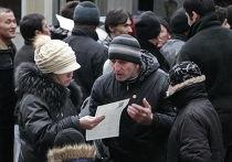 Гастарбайтеры выстроились в очередь у посольства Таджикистана