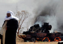 последствия авиаудара по силам Каддафи на окраине Бенгази