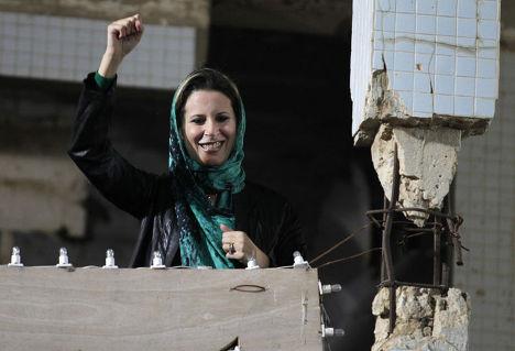 Дочь Каддафи Аиша выступила перед толпой с крыши резиденции лидера Джамахирии