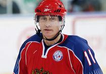 В.Путин принимает участие в тренировке юных хоккеистов