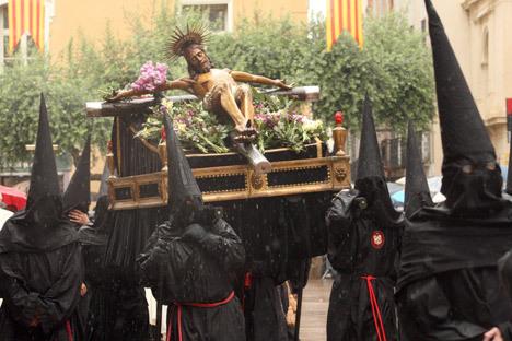 """Одежды кающихся членов братства """"La Sanch"""" во время процессии с распятым Христом в городе Перпиньян."""