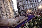 Верующие несут статую Иисуса Христа во время шествие Крестного пути в Гаване