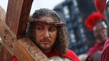 член итальянской христианской общины принимает участие в Воссоздание сцены распятия Иисуса Христа в Страстную пятницу в Ульме недалеко от Штутгарта