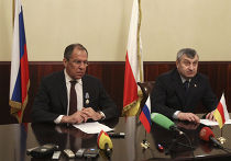 Сергей Лавров, который 25 апреля прибыл в Цхинвали, встретился с сепаратистским лидером Южной Осетии Эдуардом Кокойты