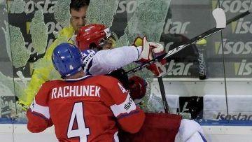 На 32-й минуте Артюхина на борт толкнул защитник Карел Рахунек, и стекло у скамейки штрафников разлетелось вдребезги