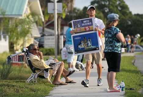 """Сотни зрителей готовятся к просмотру последнего запуска шаттла """"Индевор""""  во Флориде"""