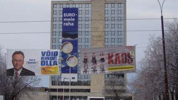 25-метровый плакат в столице Таллине гордо провозглашает: «Евро, мои деньги»