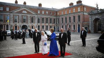 президент Ирландской республики Мэри Макэлис и ее супруг Мартин Макэлис, королева Великобритании Елизавета II с супругом, герцогом Эдинбургским Филиппом перед Дублинским замком
