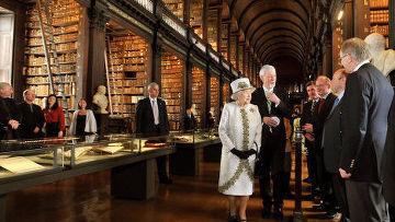 Королева Великобритании в сопровождении супруга, герцога Эдинбургского Филиппа, побывала во всемирно известном Тринити-колледже,