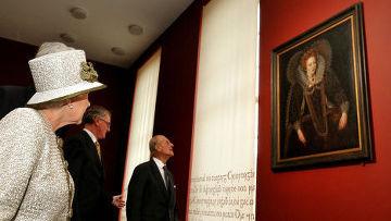 Королева Великобритании Елизавета II и герцог Эдинбургский Филипп во время посещения Тринити Колледжа в Дублине