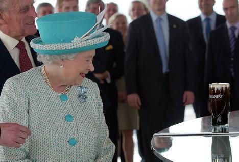 королева Елизавета II посетила всемирно известную пивоварню Guinness в Дублине