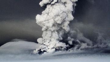 21 мая начал извергаться вулкан Гримсвотн, расположенный в районе необитаемого ледника Ватнайокулль на юго-востоке Исландии