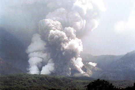 На западе острова Ява расположен 2.622-метровый действующий вулкан Папандаян