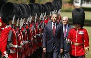 Обама и герцог Эдинбургский приняли военный парад