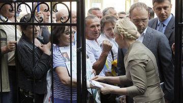 Юлия Тимошенко у здания Генеральной прокуратуры Украины