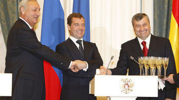 Сергей Багапш, Дмитрий Медведев и Эдуард Кокойты