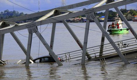 Масштабное обрушение моста, соединяющего два индонезийских города