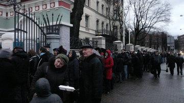 Россияне, пришедшие на выборы в Риге, стояли в очереди по четыре часа