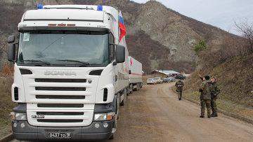Российские грузовики стоят в ожидании пропуска в Косово